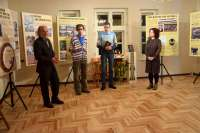 Muziejaus direktorius V. Rutkauskas pristato parodos rengėjus Gargždų krašto muziejaus muziejininkus Reginą Šiurytę-Šimulienę, Marių Mockų ir kompozitorių Andrių Šiurį