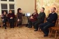 Renginio dalyviai klauso aktorių Oskaro Vigonovskio ir Paulinos Simutytės įskaitytų barono Eugenijaus Rene eiėraščių iš knygos Poezija. Žemaitiški vaizdeliai ir kompozitoriaus Andriaus Šiurio sukurtos muzikos